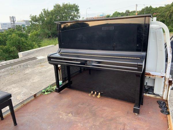 皆さんの力を合わせて 中古ピアノ買い取りしたヤマハU3Hをトラックに積み込み出来ました